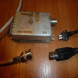 RTL SDR Dongle R820T в советском металлическом корпусе Давно хотел хорошо заэкранировать свой SDR и вот подобрал хороший металлический корпус от СВЧ аппаратуры, присандалил советские разъемы для usb, а для антенны поставил ср-50, весьма мило смотрится привинченным к корпусу системного блока.  Моддинг в стиле советпанк, выполнил linker