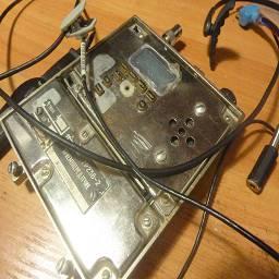 Рация Круиз-3 в советском корпусе  Разбился корпус у радиостанции круиз-3, взял за основу корпус одного из блоков приемопередатчика от Нира 7р23в-2 (советский мобильник сети алтай) установил внутрь несколько аккумуляторов и добавил немного примочек, выход под наушники 3.5, мощный динамик, новая подсветка, функция отключения микрофона для совместной работы через гарнитуру, разработал собственную гарнитуру, встроенный стабилизатор для зарядки от 5-30 вольт, возможность использования внешнего источника питания, серп и молот). Моддинг в стиле советпанк, выполнил linker