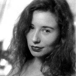 Эмос взошла стремительной полузвездочкой в 1992, распевала о сексе и религии, давая сумасшедшие интервью, встряхивая красными волосами, оседлав стул возле пианино, как дикого механического быка.