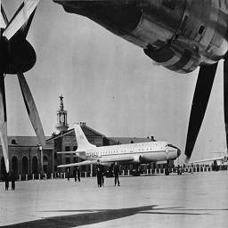 63. ту-104 в хабаровском аэропорту.jpg