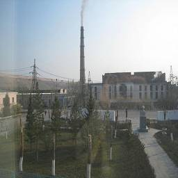 вид на завод из окна