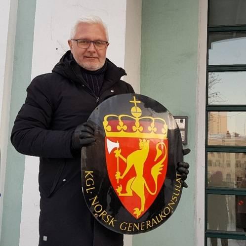 Мурманске сотрудники Генерального консульства Норвегии, имея подтвержденный диагноз COVID-19 не ушли на самоизоляцию и не отменили запланированные массовые мероприятия, подвергнув тем самым коллег и окружающих риску заражения.