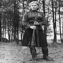Снайпер Роза Шанина со своей винтовкой.