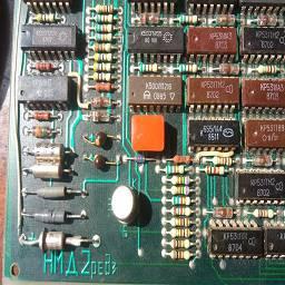 Контроллер реализован без использования каких-либо специализированных микросхем управления жёстким диском. Вся сигнальная работа с жёстким диском осуществляется при помощи схемы на дискретной логике. Интеллектуальная часть контроллера реализована на универсальном периферийном процессоре КМ1818ВМ01.