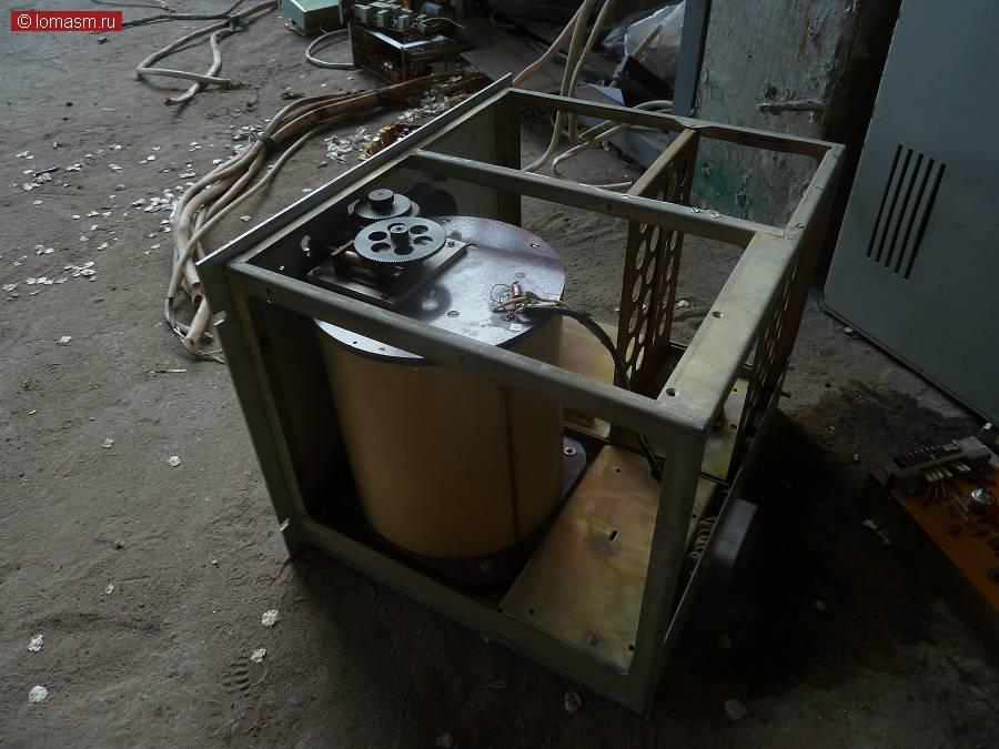 Тут был установлен генератор и плата делителя частот, в бобине судя по всему КПЕ и система контроля температуры