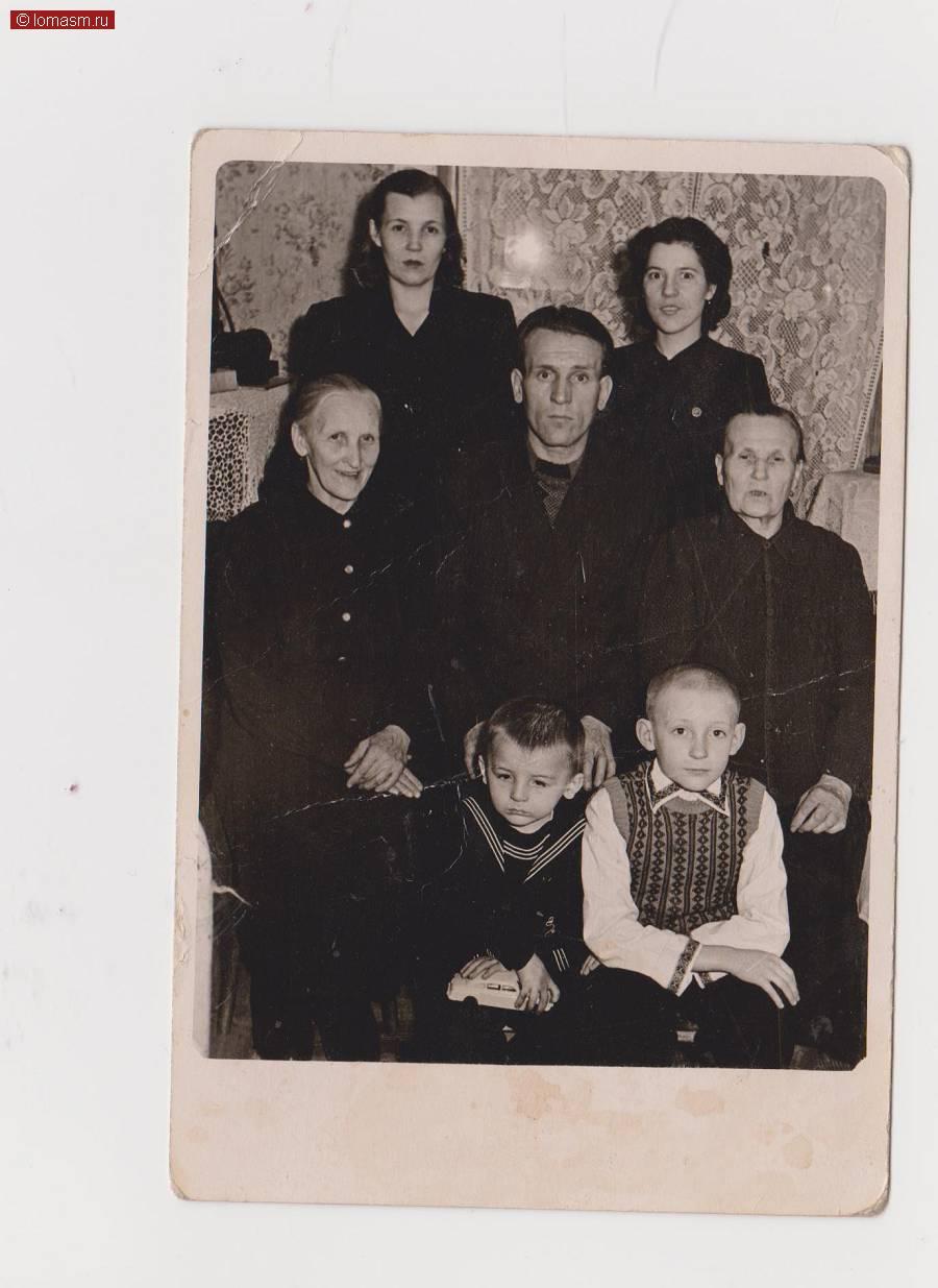 Семья Башмолкиных: Анна (вверху слева), Сергей( в центре), Володя (внизу справа)- старший сын, Саша (внизу слева)-младший сын, Прасковья Филипповна (2-ряд-справа)- мать Сергея, Валентина Александровна( верхний ряд, справа)- двоюродная сестра Сергея , Фёдорова Пелагея ( 2 ряд- слева)- мать Анны.