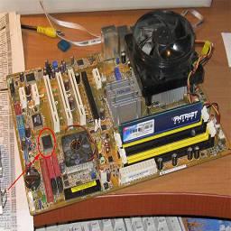 Недавно я занялся проблемой включения флоппи дисковода B на своём самом новом компьютере. У меня тут материнская плата ASUS P5B-E для процессоров сокет 775. В БИОСе материнки присутствует выбор только одного дисковода A, а B нет, поэтому я начал собирать информацию, откуда же берётся дисковод B в компьютере.