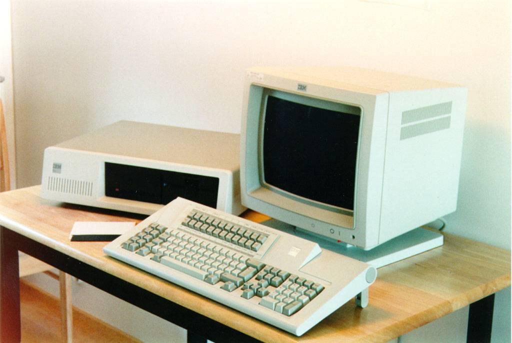 Далёкий 1967 год. Специалисты лаборатории IBM из Сан-Хосе, которые занимаются разработкой носителей информации, пытаются создать недорогое устройство, способное хранить и передавать микропрограммы для процессоров, мейнфреймов и управляющих модулей.
